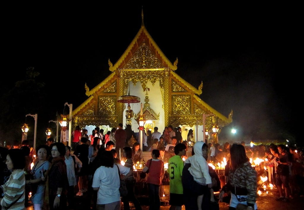 Wian tian around Wat Phra Singh for Makha Bucha Day